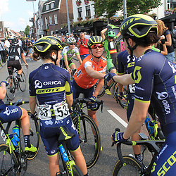 01-09-2017: Wielrennen: Boels Ladies Tour: Weert: Annemiek van Vleuten bedankt haar ploeggenoten voor het harde werk.