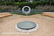 Mobius sculpture surrounded by Calamagrostis × acutiflora 'Overdam', Lavandula 'Hidcote' and water bowl on a bed of pebbles, Design: Rae Wilkinson