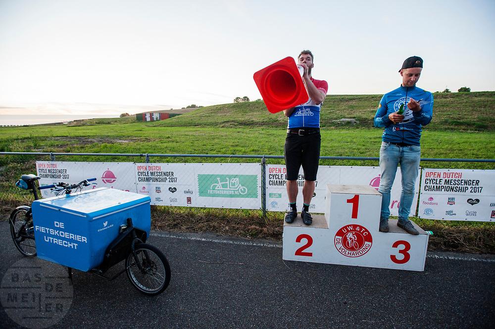 De winnaars van de race worden bekend gemaakt. In Nieuwegein wordt het NK Fietskoerieren gehouden. Fietskoeriers uit Nederland strijden om de titel door op een parcours het snelst zoveel mogelijk stempels te halen en lading weg te brengen. Daarbij moeten ze een slimme route kiezen.<br /> <br /> The organisation announces the winners of the race. In Nieuwegein bike messengers battle for the Open Dutch Bicycle Messenger Championship.