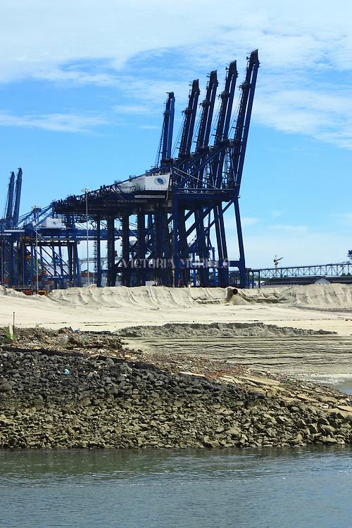 Gruas del Panama Ports Company, que descargan los containers de los barcos. El Puerto de Balboa es uno de los mas conocidos a nivel mundial debido a la cantidad de trafico que fluye a traves del canal de Panama.
