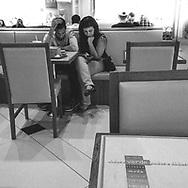 São Paulo, Brasil - 31 de agosto de 2015: Pessoas usam o celular no Shopping Eldorado.   Foto: CAIO GUATELLI