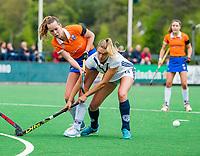BLOEMENDAAL -  Anouk Lambers (Pin) met Lisa Lejeune (Bldaal)   , Libera hoofdklasse hockey Bloemendaal-Pinoke (0-0). COPYRIGHT KOEN SUYK