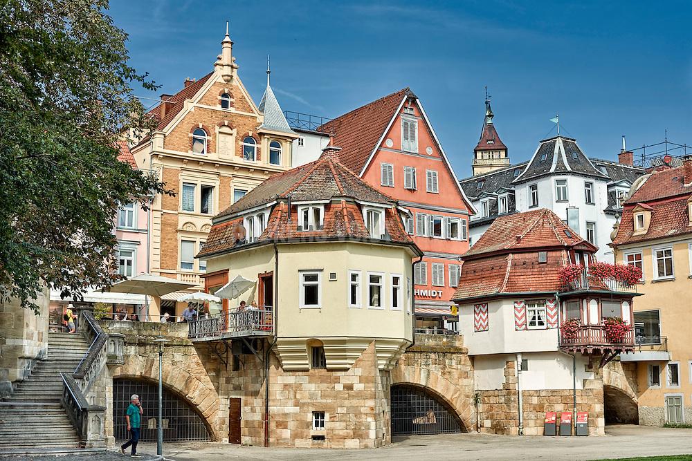 Die Innere Brücke, die mit ursprünglich elf Bögen über die beiden Fluss-Kanäle und die Maille führte, wurde 1286 errichtet und ist damit die zweitälteste Brücke Deutschlands.