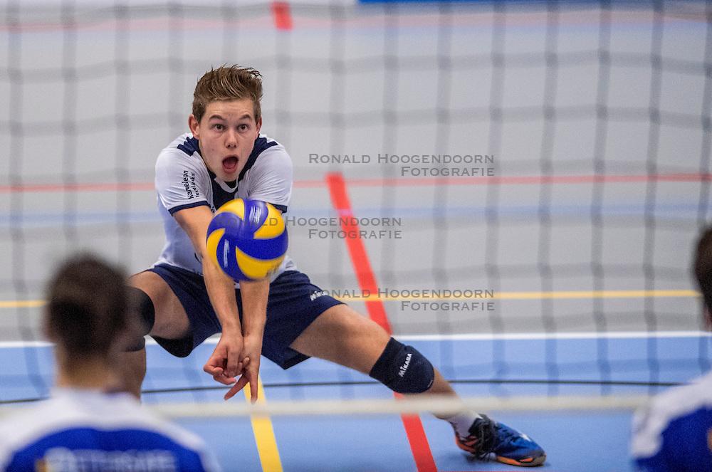 29-10-2016 NED: SV Land Taurus - Coniche Topvolleybal Zwolle, Houten<br /> Taurus wint vrij eenvoudig van Zwolle met 3-0 / Mats Bleeker #4 of Taurus