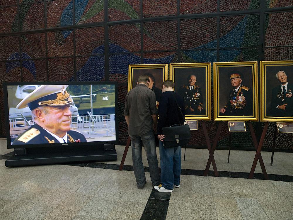 Besucher vor einer Ausstellung mit Portraits von Veteranen aus dem 2. Weltkrieg im Museum des Gro&szlig;en Vaterl&auml;ndischen Krieges in Moskau. Das Museum befindet sich auf dem Berg &quot;Poklonnaja Gora&quot;.<br /> <br /> Visitors infront of an exhibition with portraits of WW II veterans in the Museum of the Great Patriotic War in Moscow at Poklonnaya Gora (Bowing Hill).