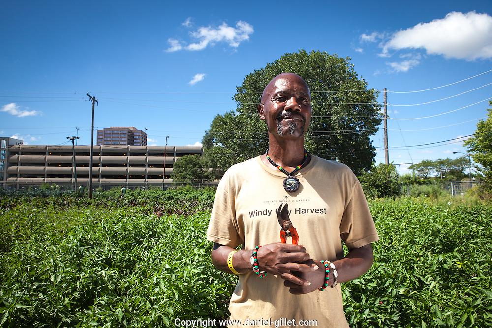 """Reynaldo, 55 ans : «J'ai fait une erreur dans ma vie, Windy City Harvest m'a donné une seconde chance. Aujourd'hui, j'apprends à devenir un agriculteur biologique.J'ai l'intention de passer le diplôme, d'exploiter ma propre ferme et de retourner dans mon quartier pour enseigner aux jeunes comment faire pousser des légumes, de la bonne manière.» // Reynaldo, 55 years: """"I made an error in my life, but Windy City Harvest gave me a second chance.  Today, I am learning to become an organic farmer.  I have the intention of obtaining my diploma, having my own farm and returning to my neighborhood to teach the youth how to grow vegetables, in the correct way."""""""