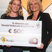 NLD/Laren/20140512 - Anita Meijer ontvangt de Radio 5 Nostalgia Ouevreprijs , Anita Meijer reikt cheque uit aan Miranda Noorlander
