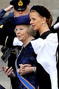 De gasten en koninklijk paar verlaten de kerk na de inhuldiging, Nieuwe Kerk in Amsterdam. <br /> <br /> Guest and Royal couple leave after the inauguration at the Nieuwe Kerk in Amsterdam. <br /> <br />  Prinses Beatrix en prinses Mabel / Princes Beatrix and princes Mabel