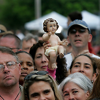 A protester holds up a statue of the baby Jesus during an easter mass outside the Woodside Hospice where a brain damaged Terri Schiavo lays without a feeding tube in Pinellas Park, Florida on March 27, 2005. REUTERS/Scott Audette