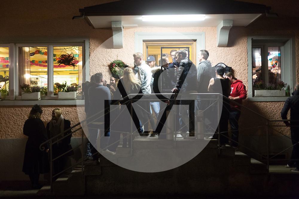 SCHWEIZ - MEISTERSCHWANDEN - Meitlitage 2018, hier stehen Gäste vor dem Restaurant Traube - 11. Januar 2018 © Raphael Hünerfauth - http://huenerfauth.ch