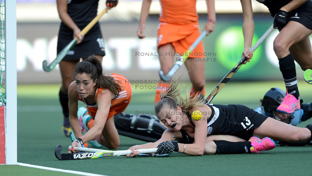 05-06-2014 NED: WK Hockey Nieuw-Zeeland - Nederland, Den Haag<br /> Nederland wint met 2-0 van New Zealand / Naomi van As, Keeper Sally Rutherford, Samantha Charlton
