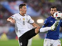FUSSBALL EURO 2016 Viertelfinale in Bordeaux Deutschland - Italien      02.07.2016 Mesut Oezil (Deutschland) mit Ball