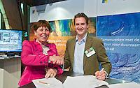 UTRECHT - Jacqueline Lambrechtse (NVG) met Guido Hamelink (NLAdviseurs) , A tribe called Golf, de kracht van de connectie. Nationaal Golf Congres van de NVG 2014 , Nederlandse Vereniging Golfbranche. COPYRIGHT KOEN SUYK