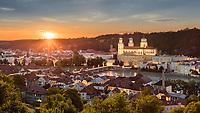 Atemberaubenden Ausblick von der Wallfahrtskirche Mariahilf auf die Passauer Altstadt bei Sonnenuntergang.