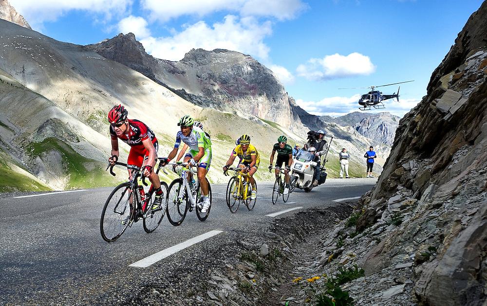 Frankrijk, Col du Galibier, 21-07-2011.<br /> Wielrennen, Tour de France, 18e Etappe.<br /> Pinerolo naar Galibier Serre Chevalier.<br /> Cadel Evans wint in deze etappe de Tour de France van 2011 omdat hij  tijdens de beklimming van de Galibier met grote krachtsinspanning de achtervolgende groep op Andy Schleck leidt en het verlies tot 2 min 15 sec op Andy Schleck beperkt houdt.<br /> Cadel Evans sleurt op kop met in zijn wiel Ivan Basso, Frank Schleck ( helm zichtbaar ), Thomas Voeckler ( in het geel ), Damiano Cunego ( helm zichtbaar ) en Pierre Roland ( in het groen ).<br /> Foto: Klaas Jan van der Weij