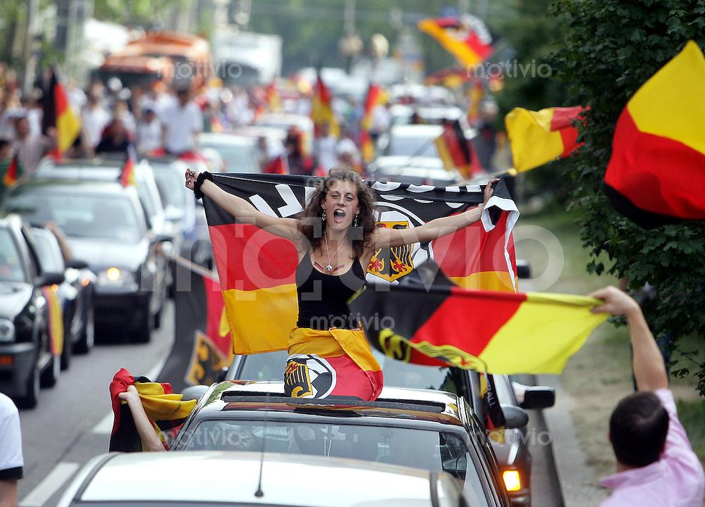 Fussball WM 2006  Gruppenspiel  Vorrunde  Schweden -England Fans feiern in der stuttgerter Innenstadt