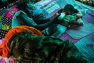 Daniela, guerrillera de 20 años da un biberón a su bebe de solo 15 días de nacida en un campamento de las FARC. <br /> Photo Federico Rios / Native