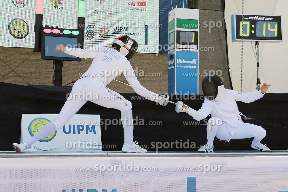 30.06.2015, Olympiapark Berlin, Berlin, GER, moderner Fünfkampf WM, Staffelbewerb Damen, im Bild Samanth Murray (Grossbritanien) gegen Ariana Azdravina(Kasachstan) // during Women's relay race of the the world championship of Modern Pentathlon at the Olympiapark Berlin in Berlin, Germany on 2015/06/30. EXPA Pictures © 2015, PhotoCredit: EXPA/ Eibner-Pressefoto/ Hundt<br /> <br /> *****ATTENTION - OUT of GER*****