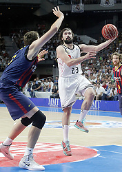 21.06.2015, Palacio de los Deportes, Madrid, ESP, Liga Endesa, Real Madrid vs Barcelona, Finale, 2. Spiel, im Bild Real Madrid's Sergio Llull (r) and FC Barcelona's Tibor Pleiss // during the second match of Liga Endesa final's between Real Madrid vs Barcelona at the Palacio de los Deportes in Madrid, Spain on 2015/06/21. EXPA Pictures © 2015, PhotoCredit: EXPA/ Alterphotos/ Acero<br /> <br /> *****ATTENTION - OUT of ESP, SUI*****
