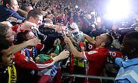 FUSSBALL  CHAMPIONS LEAGUE  SAISON 2012/2013  FINALE  Borussia Dortmund - FC Bayern Muenchen         25.05.2013 Champions League Sieger 2013 FC Bayern Muenchen: Franck Ribery (FC Bayern Muenchen) nimmt mit dem Champions League Pokal ein Bad in der Menge