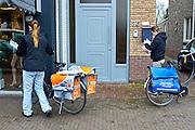 Nederland, Born, 3-11-2015Een postbezorger van Postnl en Sandd passeren elkaar tijdens hun ronde om poststukken te bezorgen.Foto: Flip Franssen/HH