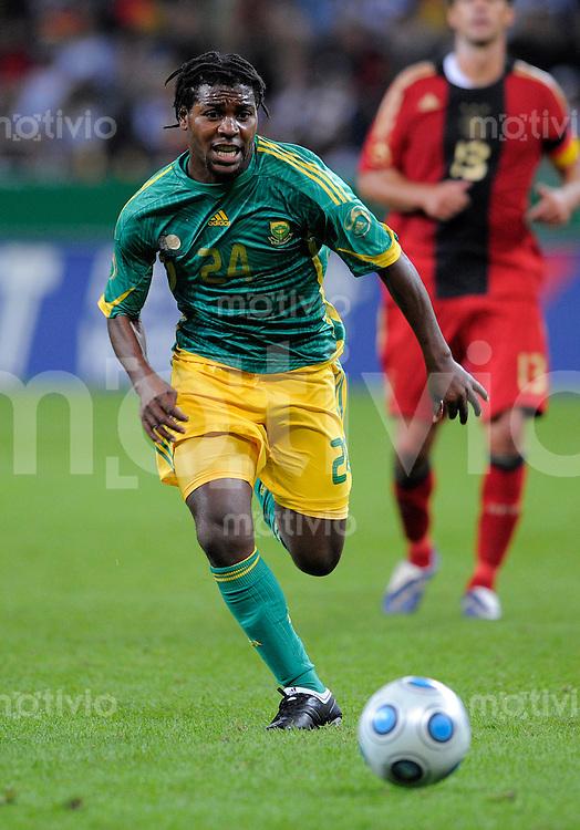 Fussball   International    Freundschaftsspiel   Deutschland - Suedafrika      05.09.09 Mabhudi KHENYEZA (RSA), Einzelaktion am Ball.