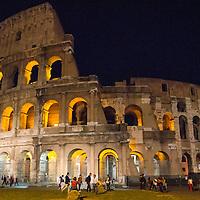 El Coliseo (en latín: Amphitheatrum Flavium Romae) es un anfiteatro de la época del Imperio romano, construido en el siglo I d. C. y ubicado en el centro de la ciudad de Roma. Roma, Italia. The Colosseum or Coliseum, also known as the Flavian Amphitheatre, is an oval amphitheatre in the centre of the city of Rome, Italy.