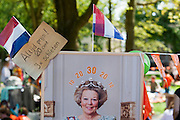 Op de kindervrijmarkt in Utrecht tijdens Koninginnedag 2012 kun je schieten op een portret van koningin Beatrix.<br /> <br /> At the flee market on Queensday in Utrecht you can throw darts at the portrait of the Queen.