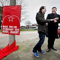 Nederland, Amsterdam , 23 februari 2014.<br /> zondag zullen SP-fractievoorzitter Emile Roemer en de Amsterdamse SP-lijsttrekker Laurens Ivens in Osdorp de eerste 'rode kaart' onthullen. De komende week zullen actieve SP'ers maar liefst 100.000 van deze kaarten verspreiden, vooral in wijken waar de opkomst de vorige gemeenteraadsverkiezingen achterbleef.<br /> De reden dat in De Punt in Osdorp wordt begonnen met deze flyeractie, is dat deze wijk de vorige gemeenteraadsverkiezingen de laagste opkomst van heel Amsterdam had. Ivens zal zondag vergezeld worden door SP-partijleider Emile Roemer<br /> Foto:Jean-Pierre Jans
