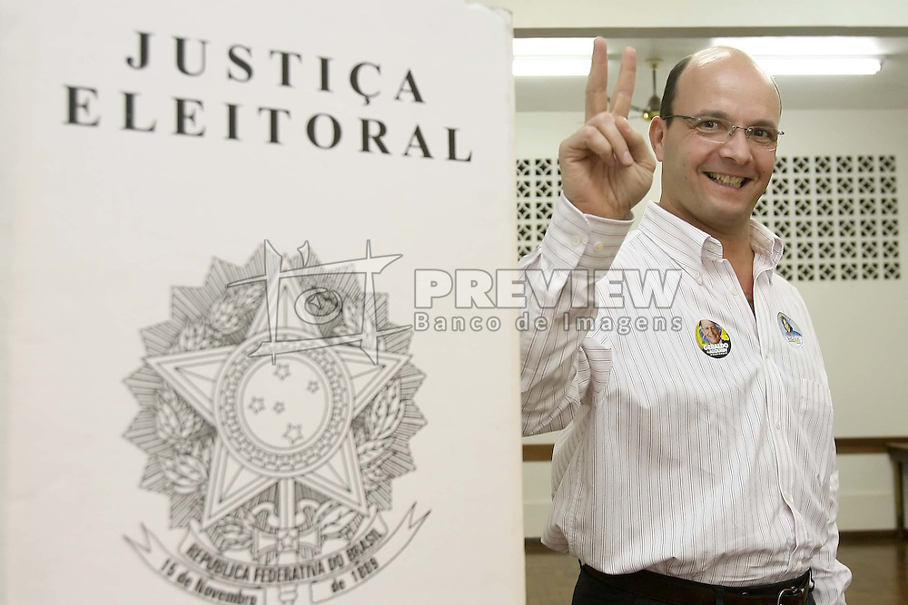 O candidato  ao governo do Estado do RS como vice deYeda Crusius, Paulo Feijo, vota em Porto Alegre, neste domingo 1 de outubro de 2006. FOTO: Jefferson Bernardes/Preview.com