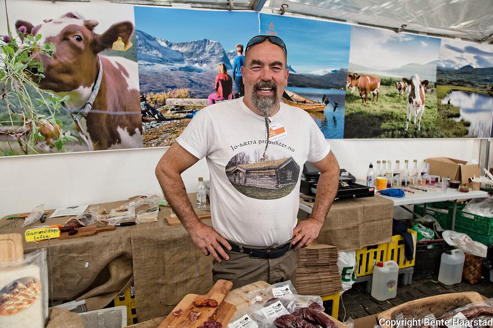 Arne Vidar Myhre i Jo-Sætra produkter lager lokal, kortreist og naturlig mat av råvarer som lokale bær og vekster. Som brus og saft av krekling, mjødurt og tyttebær. Også  syltetøy, sirup, gele, krydder, olje, eddik,chutney, lefser, sylte, lammerull, leverpostei, kaviar, varmrøkt bacon, sildball, potetball.