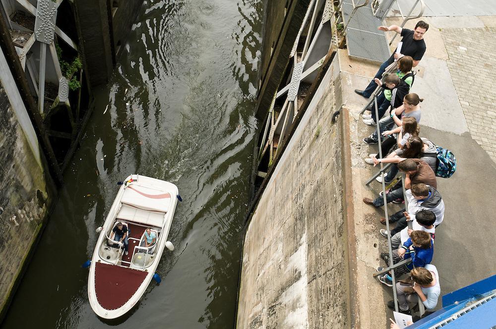 Belgie, Lanaken, 20110916<br /> De sluis bij Lanaken in het Kanaal Briegden Neerharen. Een schoolklas, kinderen, kijken naar een motorboot in de diepte van de sluis.