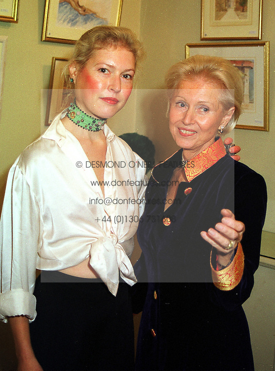 Left to right, LADY HENRIETTA BATHURST and her mother JUDITH, COUNTESS OF BATHURST at an exhibition in London on 29th November 1999.   MZM 18