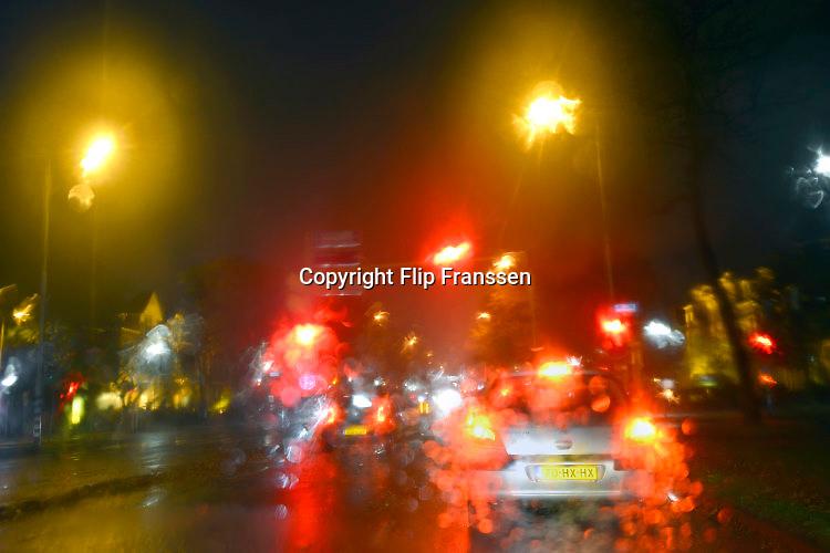 Nederland, Nijmegen, 17-11-2016Regen tijdens het rijden, autorijden in de stad is erg vermoeiend en kan tot extra gevaarlijke situaties leiden.Foto: Flip Franssen