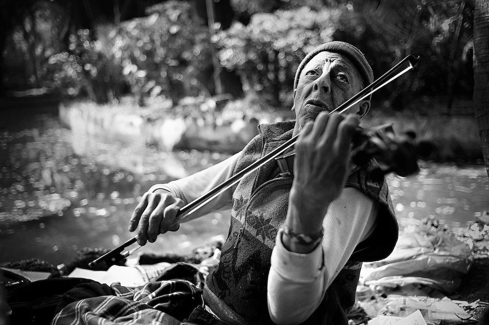A homeless vilolinist plays Paganini´s Caprice No. 24 in La Condesa, Mexico City