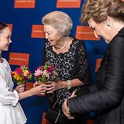 NLD/Amsterdam/20191114 - Prinses Beatrix en Prinses Margriet bij jubileum Dansersfonds, Emma Becker reikt bloemen uit aan Prinses Beatrix en Prinses Margriet