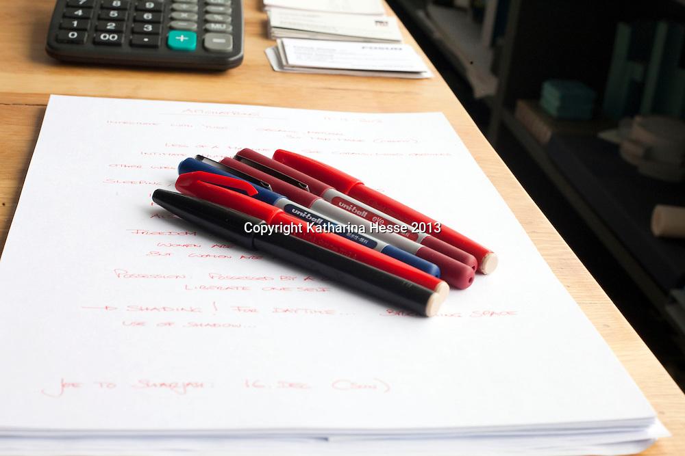 BEIJING, 5. FEB. 2013 : Stifte, die Scheeren jeden Tag benutzt, liegen auf seinem Schreibtisch.
