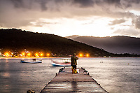 Trapiche na Ilha das Campanhas, na Praia da Armação, ao anoitecer. Florianópolis, Santa Catarina, Brasil. / Pier at Campanhas Island, at Armacao Beach, at dusk. Florianopolis, Santa Catarina, Brazil.