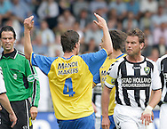 15-05-2008 Voetbal:RKC Waalwijk:ADO Den Haag:Waalwijk<br /> Hans van de Haar wordt kwaad op Frank van Mosselveld<br /> Foto: Geert van Erven