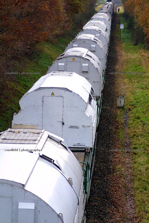 Ein Atomtransport mit 12 Castorbehältern aus der französischen Wideraufbereitungsanlage La Hague rollt auf den Schienen in Richtung Gorleben.