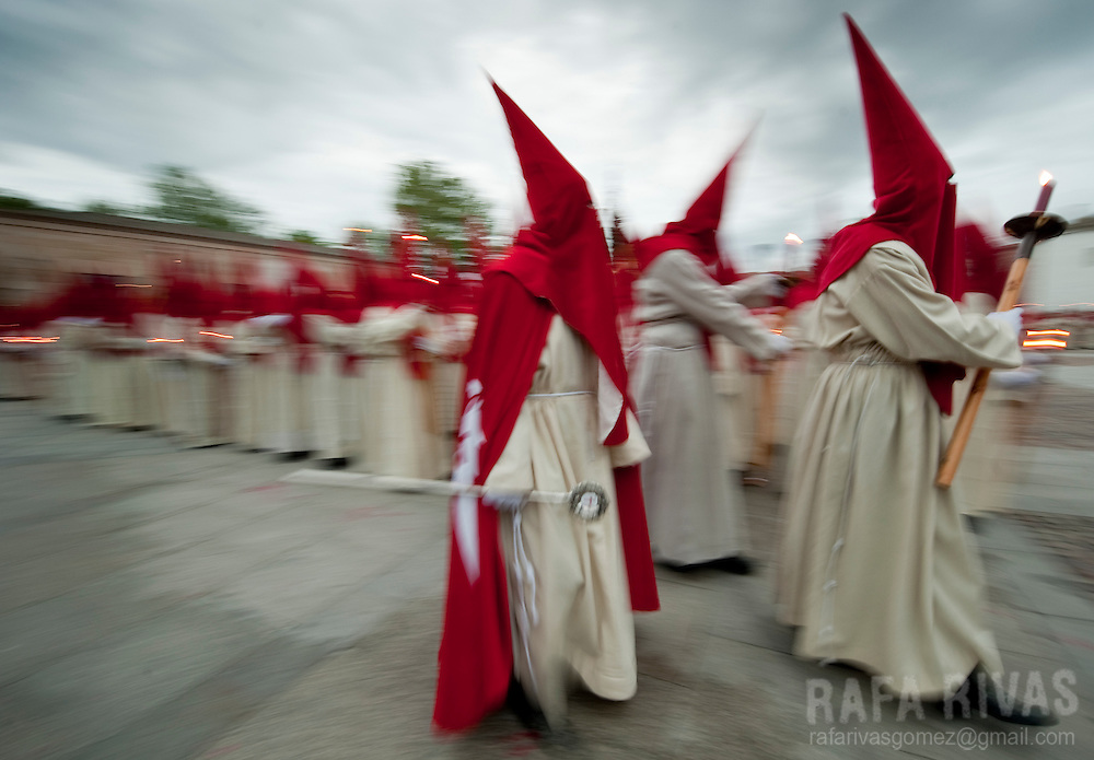 Penitents take part in the Silence procession, during the Holy Week of the Northwestern Spanish town of Zamora, on April 20, 2011.  PHOTO / RAFA RIVAS