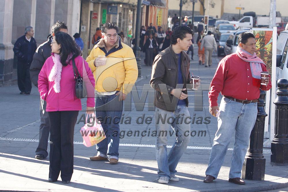 TOLUCA, México.- La gente de Toluca comienza a salir muy abrigada a sus puntos de trabajo y estudio debido a  las bajas temperaturas que se han registrado en los últimos días. Agencia MVT / Crisanta Espinosa. (DIGITAL)