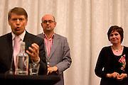 Martijn Vroom (midden) en Ruth Peetoom luisteren naar de pitch van Sjaak van der Tak. In Amersfoort kunnen leden van het CDA kennismaken met de zes kandidaten voor het partijvoorzitterschap. Na een pitch, volgt een speeddate.