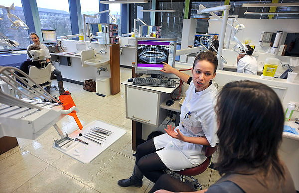 Nederland, Nijmegen, 21-4-2011Een studente tandheelkunde geeft uitleg aan een vrijwilliger, proefpersoon, over haar gebit aan de hand van een gebitsfoto op een beeldscherm.Foto: Flip Franssen/Hollandse Hoogte