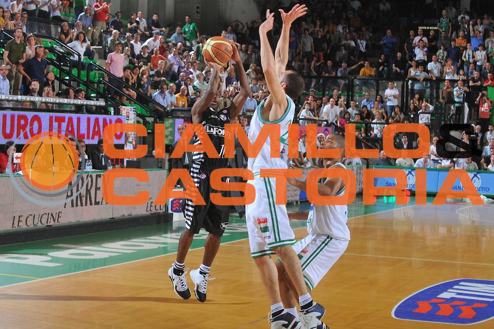 DESCRIZIONE : Treviso Lega A 2008-09 Playoff Quarti di finale Gara 5 Benetton Treviso La Fortezza Virtus Bologna<br /> GIOCATORE : Earl Boykins<br /> SQUADRA : Benetton Treviso<br /> EVENTO : Campionato Lega A 2008-2009<br /> GARA : Benetton Treviso La Fortezza Virtus Bologna<br /> DATA : 27/05/2009<br /> CATEGORIA : Tiro Three points<br /> SPORT : Pallacanestro<br /> AUTORE : Agenzia Ciamillo-Castoria/M.Gregolin