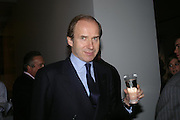 Simon de Pury. Almeida 25th Anniversay Gala. Gagosian Gallery, Brittania St. Kings Cross. London. 27 January 2005. ONE TIME USE ONLY - DO NOT ARCHIVE  © Copyright Photograph by Dafydd Jones 66 Stockwell Park Rd. London SW9 0DA Tel 020 7733 0108 www.dafjones.com
