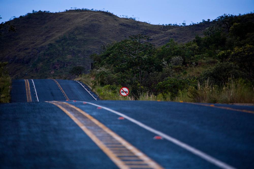 Alto Paraiso de Goias_GO, Brasil...Rodovia no Parque Nacional da Chapada dos Veadeiros...The highway in Parque Nacional da Chapada dos Veadeiros...Foto: JOAO MARCOS ROSA /  NITRO..