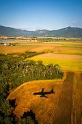 Et Qantas- fly går inn for landing i Cairns, Australia. Flytrafikk er sterkt økende verden over. Kommersiell flytrafikk sto for syv prosent av CO₂-utslippene i 2006 og er ventet å nå femten prosent innen 2050. I 2014 truet miljøorganisasjonene CBD og Friends of the Earth med å saksøke det amerikanske miljøverndepartementet, EPA,  dersom de ikke kom med utslippskrav til flybransjen . Det har satt fart på EPA, og i juni kom de med forslag til nye reguleringer . EU forsøkte å innføre utslippskrav og såkalt «cap and trade» for flybransjen i 2008, men feilet. EPA sitt forslag til utslippskrav kommer ventelig til å bli adoptert også av EU. Veien dit er lang og bratt. Nye regler kommer neppe til å gjelde før 2018, og i mellomtiden har USA fått en ny president. I mellomtiden jobber flyprodusentene selv med å minske skadevirkningene fra bransjen. Boeing har som mål å bruke minst en prosent biobrennstoff innen 2016 . Tallet er lite, men et skritt i riktig retning. Airbus jobber i samme retning  og samarbeider med blant annet Virgin for å finne måter å produsere biobrennstoff lokalt rundt omkring på kloden.