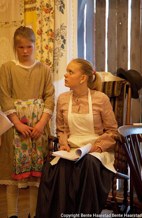 Ingrid Krogstadmo (11) som Myrtle og Anna Elena Uglem (14) som Jennie. Belle Gunness tok til seg mange barn.