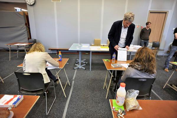 Nederland, Ubbergen, 15-5-2012Eindexamen Nederlands HAVO. Leerlingen, kandidaten, betreden de gymzaal waar het centraal schriftelijk examen, cse, wordt afgenomen. Een leraar laat een leerling ter controle het opschrift van de examenopgaven lezen.Foto: Flip Franssen/Hollandse Hoogte